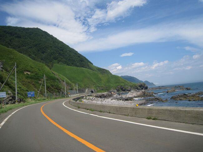 2014年夏、11日間・1020kmをかけて、北海道を自転車で回ってきました。<br />普段は車であっという間に過ぎてしまう景色も自転車だと存分の味わえました。<br /><br />まずは1日目・2日目です。<br />1日目は電車で浦河まで行ってそこからえりもまで<br />(距離40.7km 上り188m 下り169m)<br />2日目はえりもから襟裳岬、帯広、士幌をぬけてしほろ温泉まで<br />(距離83.6km 上り395m 下り395m)<br /><br />行程<br />1日目 羽田空港⇒新千歳空港⇒浦河⇒えりも<br />2日目 えりも⇒襟裳岬⇒大樹<br />3日目 大樹⇒中札内⇒帯広⇒士幌⇒しほろ温泉<br />4日目 しほろ温泉⇒本別⇒足寄⇒阿寒湖温泉<br />5日目 阿寒湖温泉⇒弟子屈⇒別海<br />6日目 別海⇒中標津⇒開陽台⇒羅臼<br />7日目 羅臼⇒知床峠⇒知床五湖⇒ウトロ<br />8日目 ウトロ⇒斜里⇒網走⇒サロマ湖<br />9日目 サロマ湖⇒湧別⇒紋別<br />10日目 紋別⇒雄武⇒枝幸⇒浜頓別<br />11日目 浜頓別⇒猿払⇒宗谷岬⇒稚内空港⇒羽田空港
