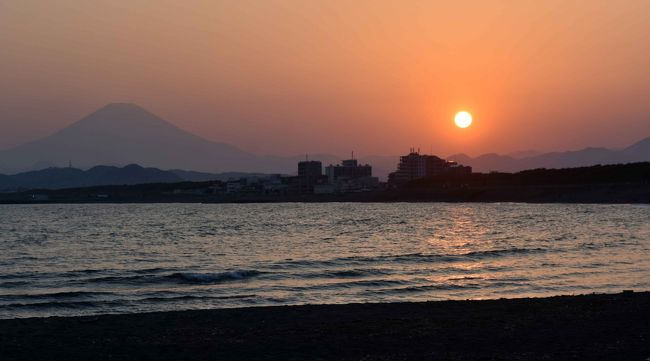 緊急事態宣言下の茅ヶ崎海岸からサーファーが消えました。<br />2020年4月29日昭和の日の夕刻の風景です。例年の休日とは違った光景です。ほぼ人出は80%以上の減少です。中でもサーファーをやる人がいません。犬の散歩も半分以下でしょう。