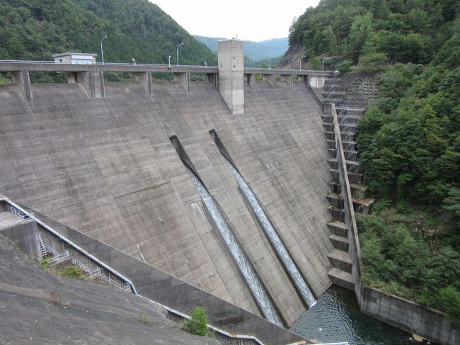 ダムカード<br />近年人気のダムについての情報が記載されているカードです。<br /><br />ふとした事から2017年5月にダムカード収集巡りを始めて<br />今回でついに44回目です(回数は訪問日数でカウント)<br />第43回終了時点で、15都県の180施設を巡りました<br /><br />関東一都六県には全部で102箇所のダムカード配布対象施設があり、数年かけて全施設を巡り、中京圏も山梨・静岡・長野県も制覇しました。<br /><br />※直近の第44回ダム巡りの様子はこちら<br /> https://4travel.jp/travelogue/11610987<br /><br />そして更に前、2016年から始めた道の駅スタンプラリー<br />各道の駅に設置してあるスタンプを押印して回るだけなのですが、これが中々に面白い<br />道の駅はエリア分けされて、エリア事に公式なスタンプ帳まで有ります<br />関東エリア(関東1都6県+山梨県+長野県北部)は全177駅中176駅をコンプリート(2019年7月開設の1駅を残すのみ)<br />現在は中部エリア(長野県南部+岐阜県+静岡県+愛知県+三重県)に進出中です<br />中部エリアは第13回終了時点で全132駅中86駅巡りました。<br /><br />今回は岐阜北西部編です。<br />1泊2日で岐阜県を訪問し昨日は高山市街の道の駅で車中泊<br />本旅行記に当たる2日目は岐阜県北西部を南下し<br />ダムカード配布対象施設を2箇所<br />道の駅を11駅巡りました<br /><br />また久しぶりに白川郷を訪問し合掌造りの村を堪能しました<br /><br />相変わらず、あちこち立ち寄りながらの旅なので、全4編に分けてお届けします<br /><br />その4は<br />ダムカード配布対象施設は<br />阿多岐ダム(多岐紅葉湖)<br />を巡り<br /><br />道の駅スタンプラリーは<br />岐阜県 №07 白山文化の里 長滝<br />    №34 古今伝授の里やまと<br />    №48 白尾ふれあいパーク<br />    №55 清流の里しろとり<br />を巡ります<br /><br />「岐阜県」ダムカード収集の旅<br />対象ダム・・・・ 16<br />今回訪問数・・・ 1( 6.3%)<br />累計訪問数・・・ 13(81.3%)<br />未訪問数・・・・ 3(18.7%)<br /><br />中部道の駅スタンプラリー<br />対象駅・・・・全132駅<br />今回訪問駅・・・ 4駅( 3.0%)<br />累計達成駅・・・97駅(73.5%)<br />未訪問駅・・・・35駅(26.5%)<br /><br />長良川沿いの道の駅を巡りながら長良川水系唯一のダム(堤高15m以下は正式には堰)と言われる阿多岐ダムを訪問、最後は「道の駅 古今伝授の里やまと」併設の日帰り入浴施設「ことといの湯」で一日の汗を流しました<br /><br />※つたない文章&写真ではありますが、是非最後までお付き合いください
