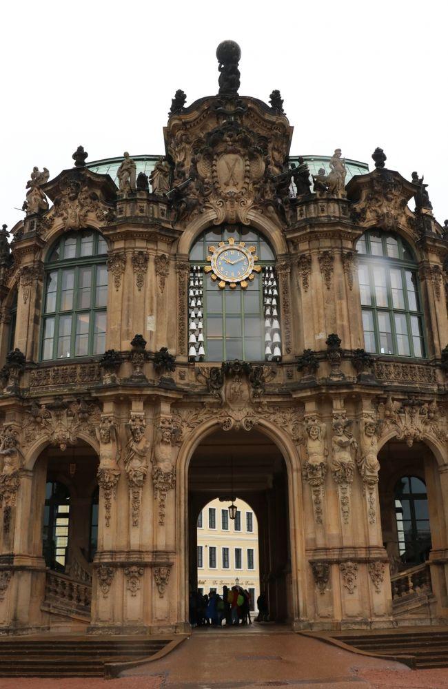 ツヴィンガー宮殿の時計とマイセン磁器のカリヨン(鐘)<br />2019.10.8 10:10<br /><br />2020年2月1日に公開した「ヨーロッパ鉄道の旅2019ハイライト」<br />https://4travel.jp/travelogue/11592184<br />に続き、1日ごとの旅行記を連載中で、今回は第9回です。<br />定期的にではなく、およそ毎月3回程度になる見通しです。<br />写真と説明文はハイライトと重複する内容が少なからずあります。<br /> ◇   ◆   ◇   ◆   ◇   ◆   ◇   ◆ <br />ベネチア・インスブルック・ウィーン・プラハ・ドレスデン・ライプツィヒ・アムステルダム 5カ国15日間2,100キロ鉄道の旅<br />■はじめに<br />古希を過ぎ、2013年の5月のフランス・グループ旅行と2014年4月のフランスの友人達の50年ぶりの再来日を機会に、年に1回の海外旅行がしばらく1.5年の間隔になったが、地域活動など諸般の事情が改善し、日ごろのトレーニングのおかげで体力・精神力ともにかつてなく充実しているので元のペースに戻すことにした。<br />私の一人旅は旅先で出会った人々との触れ合いを楽しみにし、人物が溶け込んだ風景の撮影が目的の大半を占めるため、現地の移動はLCCを使わずに列車を選んだ。<br />5カ国とも英語圏ではないが、英語が通じなくて困ったことはかかった。<br /><br />■旅行日程<br />2019年9月30日(月)-10月14日(月)13泊15日<br />往路 9月30日(月)成田発10:35 AF275 パリCDG着16:10 <br />B777-300<br />   CDG発18:00 AF1526 ベネチア着19:35  A318<br />復路 10月13日(日)<br />   アムステルダム発14:40 KL861  B777-300<br />   成田着14日(月)8:40<br />◇   ◆   ◇   ◆   ◇   ◆   ◇   ◆<br />1日ごとの旅行記 第9回 ドレスデン 2日目<br /><br />10月8日(火)雨後くもり<br />窓から空を見上げても晴れている様子はなかったが、6:50ごろにカメラEOS持参で出かけてみた。フラウエン教会の巨大さが目立つ。<br />川に向かい、クルーズ船の発着所へ行き出発時刻表を確認した。<br />1時間50分のクルーズ船の出発時刻は、午後は13:00、15:15、16:00となっている。<br />天気次第なので乗るかどうかは分からない。<br />部屋へ戻り8時に1階の朝食レストランへ下りた。<br />ホットメニューもあるフルイングリッシュブレックファスト<br />オレンジジュース、ヨーグルト(3種類取ってみた)、ハム、ソーセージ、炒り玉子、チーズ、煮豆、クロワッサン、マフィン、コーヒー<br /><br />ドレスデン城が10時からなので、しばらく寛いで9時半ごろに出かけた。<br />マイセン磁器タイルの壁画「君主の行列」がある回廊シュタールホーフの横を通った。<br />あいにくの雨で傘が必要だった。ドレスデン城の入り口をさがして10時のオープンを待って入ったが、今日は火曜日で休館といわれ入れなかった。購入したeチケットを良く見ると、鉛筆で10月7日と自分で書いていた。しまった! 20ユーロが紙くずとなった。<br />昨日来ればよかったのだが、昨日は天気が良く、フラウエン教会の塔に登っていたので忘れてしまった。それでも昨日の景色がすごく良かったので、ミスはあきらめがついた。<br />城の入り口のチケット売り場でツィンガー宮殿の3箇所(下記)の博物館を見られるチケットが買えると聞き12ユーロで買った。<br />1. アルテマイスター絵画館<br />2.  数学物理サロン<br />3. 陶磁器コレクション<br />最初は中庭から周囲の建物を撮り、中央にある白いドームに入ってみると3D映像ドームで、別料金3ユーロ必要で後回しにしたが、結局見なかった。<br /><br />まずは絵画館<br />中世の美術作品の多さと、ウィーン美術史美術館の展示と共通したイメージの作品におどろいた。<br />特にラファエロの大作「システィーナのマドンナ」<br /><br />次は数学・物理サロン<br />時計、特に複雑極まる天文時計と数々のコンパスなどの作図機械、太陽光集積パラボラミラー、集光レンズ、その他何に使うのか理解困難な機械がたくさんあった。<br />「中世のドイツにこれほどたくさんの科学遺産があることには驚いた」と係員に