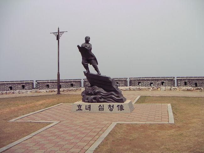 &lt;&lt;旅のルート&gt;&gt;<br />仁川から高速船でペンニョン島へ。島から戻った後はソウルをちょっと観光したくらい。<br /><br /><br /><br /><br /><br />2020年のGW放浪はキャンセルとなり時間が有り余ってるので4travel登録以前の旅を紹介していこうと思います。【韓国 船の旅】というシリーズで数回に分けてご紹介。船旅と離島の話のみで本土の話はほぼカットしてあります。10~20年前の旅ばかりなので情報としてはあまり参考にならないと思います。<br /><br /><br />▽ 2001年夏 対馬経由で釜山<br />https://4travel.jp/travelogue/11620002<br /><br />▽ 2004年GW 墨湖(東海)~鬱陵島~浦項<br />https://4travel.jp/travelogue/11620004<br /><br />▽ 2005年GW 仁川~済州島・馬羅島~釜山<br />https://4travel.jp/travelogue/11620005<br /><br />▼ 2006年GW 仁川港~ペンニョン島<br />https://4travel.jp/travelogue/11620006<br /><br />▽ 2010年GW 下関経由で釜山<br />https://4travel.jp/travelogue/11620003<br /><br />▽ 2011~12年末年始 木浦~可居島(4tra登録後の旅なのでとっくにup済み)<br />https://4travel.jp/travelogue/10643557<br />https://4travel.jp/travelogue/10643603