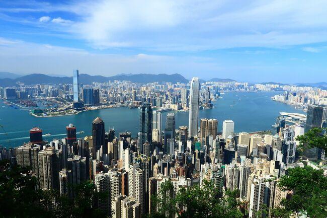 日本はGWだと思いますが、<br />香港は佛誕と労働節で4/30から4連休。<br /><br />まず1日目の佛誕は、本来であれば<br />ランタオ島や長洲島などでお祭りが<br />開催される予定でしたが、<br />昨今のコロナですべて中止になりました。<br />気分だけでも味わいに長洲に行こうかな?<br />とも思いましたが、人が多くて危ないし<br />疲れそうなのでやめておきました。<br /><br />結局行ったのは、ベタな観光地!<br />山頂、つまり、ビクトリアピークです。<br />この日は地元の香港人の姿が多かったですが<br />観光客で溢れかえっていた以前の週末よりは<br />混んでいませんでした。<br /><br />ちなみに、香港人が好きな西貢やランタオ島、<br />銅鑼灣、淺水灣なんかはこの日、<br />大混雑だったそうです。<br /><br />とても天気の良い日で、ピークからは<br />素晴らしい景色が見られました。<br />