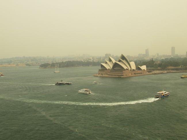2019年は色々飛行機に乗ったとして、あともう1往復すれば初のダイヤモンド(ワンワールドエメラルド)に到達することができることが分かったので、12月に南半球のクリスマスを見にオーストラリアへ。<br />ちょうどこの頃のオーストラリアは森林火災の影響でいろいろ閉鎖だったり飛行機のフライトにも影響が出始めていて気をもんだ旅行となりましたが無事に行ってくることができました。<br /><br />3日目、この日は前回の訪問ではほとんど散策できなかったシドニーの街を散策します。1日ですが色々回ることができてシドニーを堪能しました。<br />なお空の色が黄色いのはこの時期に発生していた森林火災によるものだと思います。