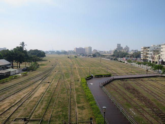 2011年から数年に渡ってMy campaign「ありがとう台湾」で行った高雄で、鉄道廃線があったので探訪してみました。<br /><br />現在は、グーグルマップでみると一部の廃線区間はライトレールが乗り入れているようでしたので7年の歳月は変化がありますねー!<br /><br />この路線は1900年11月末に開通した縦貫線の打狗 (高雄の旧称)- 台南間の一部分になります。元高雄駅の南港湾エリアをぐるっとループしていたようです。時代によっては旅客の取り扱いもあったそうですが、もっぱら貨物営業だったようです。<br /><br />打狗、鼓山、三塊厝の各駅間のトライアングルの内、打狗・三塊厝間は1995年11月に軌道、橋梁等を撤去、またこの駅から東へ伸びる屏東線専用路線の設備も同年に撤去、2008年には残りの打狗・鼓山間も廃止。2010年に打狗鉄道故事館(歴史博物館)がオープンとの事でした。<br /><br />自分が行った2014年は広大なヤードは露天文化広場みたくなっていて、一部ライトレール化(言われれば・・・)工事が行われていました。<br /><br />部分部分は遊歩道やアート関連施設になっていますが、レールが結構残されていたので雰囲気は良かったです。<br /><br />今はどうなんでしょうね!!<br /><br />各ページはもう忘れているので、気分が載った所だけコメントを入れています。<br /><br /><br />お時間がある方は、海外の鉄道廃線のページを見ていただけると幸いです。<br />http://soleil1969.com/ruinstop/ruinstop.html<br />http://soleil1969.com/<br /><br />読んでくれてありがとー!