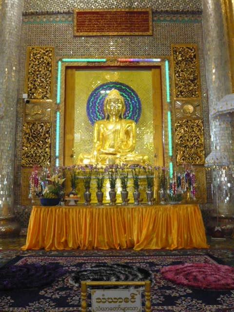 ミャンマーの南部都市ダーウェーの郊外を見て廻りました。長閑な風景です。<br /><br />写真の寺院は、ダーウェーの有名な仏教寺院の仏様です。<br />ダーウェー市内の中で、最も大きな仏教寺院のご本尊となります。<br />地図には、Shwe Taung Zar Pagodaという名称になっています。<br />フォートラベルスのポット登録の名称では、シュエタウンザー パヤーとなっています。<br /><br />パゴダ (pagoda) とは仏塔を意味する英語でだそうです。<br />パゴダは、ミャンマー語でパヤーと言い、仏塔自体は、お釈迦様の化身と考えられていて、仏像、仏塔、聖遺物などを総称しパヤーとして崇められているようです。<br />日本では、パゴダとは、多く、ミャンマー様式の仏塔のことを指すのが一般的のようです。<br /><br />結論的には、パゴダは、仏塔で、パヤ―は、仏像、仏塔、聖遺物などを総称している広い概念のようです。<br /> <br />写真の説明としては、シュエタウンザー パヤーが適切な名称なのかもしれません。<br /><br />シュエタウンザー パヤーの表門の上部に、日本の皇室の菊のご紋章と似た紋章が付いているので、印象に残っています。<br /><br />郊外の国道沿いにも、仏教施設がありました。<br />大きな池に、金箔色に彩られた船があり、たくさんの人が集まっていました。<br />妙齢で、美しい若い女性が、ピンクの服装に身を包み、案内していました。<br />ピンクの衣装が艶やかで、印象に強く残っています。<br /><br />田圃の中の桃源郷のような感じがして、楽しく感じました。<br />ミャンマーの仏象も笠のような被り物を頭に載せていて、とてもユニークに感じています。<br />長閑な環境で、思わず、ゆっくりとしてしまいました。