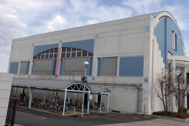 かつて昭和の時代には学校の体育館などは丸屋根であった。その後、丸屋根の建物は減少し、見掛けることが少なくなっていた。しかし、平成の終わり頃から他の建物との意匠と違わせるために、丸屋根の建物が増えてきたように思う。マンションなどの建物以外にもクリニックや病院、あるいは、団地の住宅にもこうした丸屋根が見られる。<br /> あるいは、駐車場の簡易的な屋根や駐輪場の屋根などにも丸屋根が見られる。1台用ならば1~4支柱の鉄柱、2台用ならば4支柱の鉄柱になる。特に、最近分譲された戸建て団地に多く見られる。それが、本格的な車庫にも丸屋根が見られる。<br /> また、横浜刑務所敷地内(撮影禁止)には丸屋根の建物が3棟ほど建つよこはま法務少年支援センターもある。<br />(表紙写真は戸塚高校の体育館と駐輪場)