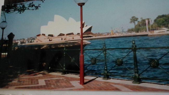 コロナウイルス流行で自粛する事2か月あまり・・・。<br />4トラの皆さんの旅行記を拝見させて頂き、益々旅行へ行きたい気持ちが膨らんで来て・・・( ノД`)<br />特に初めてハネムーンで行ったオーストラリアの旅行記を見ているうちに懐かしくてアルバムを引っ張り出して思い出に浸ってしまいました・・・。<br />そうだ!これを旅行記に編集してしまおう~?<br />今更~!?と言われるかもしれませんが、四半世紀も昔の若かりし思い出を残しておきたくて・・・(-_-;)<br />何分パソコンやスマホが無い時代ですので、画質が荒く人物中心のものばかりで申し訳ないのですが、お見苦しい所はお許しください・・・?<br /><br />1週間の日程でリゾート地のゴールドコーストに3日、都会のシドニーに2日滞在しました。<br />日本と反対の季節なので年末と言えども夏にクリスマスの飾り付けがしてあって違和感が・・・(-_-;)<br />今回はシドニー編です!
