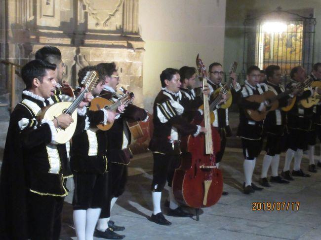 カジェホネアーダはグアナファト特有のもので、エストゥディアンティーナと呼ばれる伝統的な服を着た人たちが楽器を弾いて歌いながらグアナファトの小道を巡るイベントです。八人前後でグループを作っていて、歌や踊り披露してお客も巻き込み合唱したり踊り、グアナファトの小道を案内します。