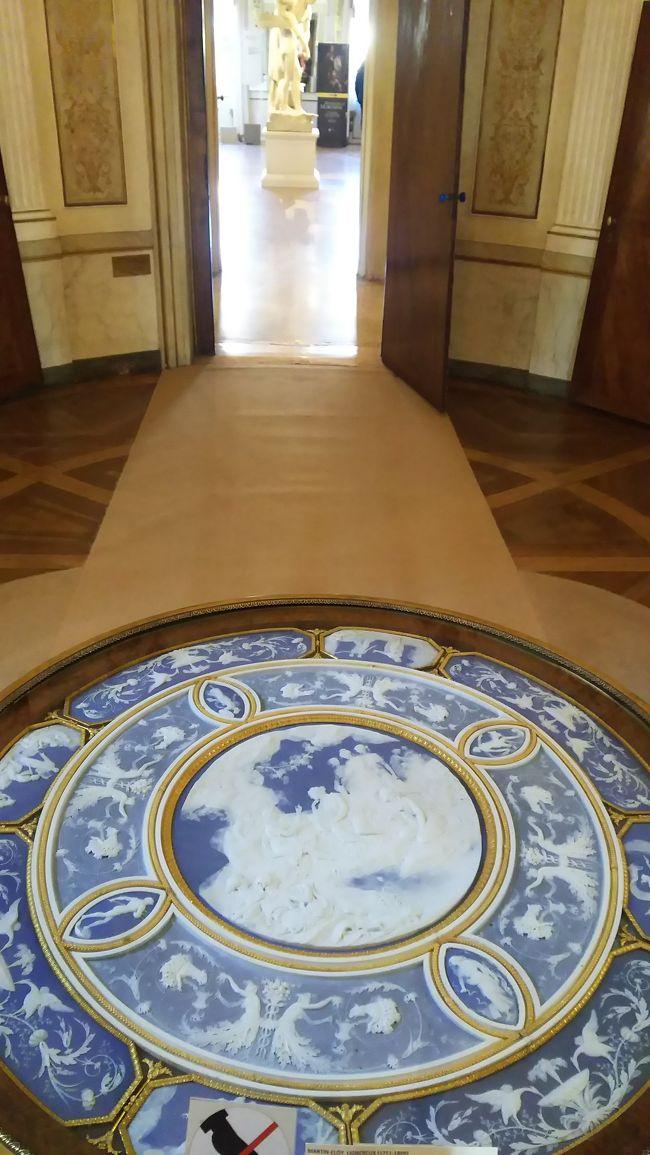 パート2の続きです。ドゥカーレ宮殿を見学し、コッレール博物館へ。<br /><br />そしてショッピングが楽しめるエリアへいきます。<br /><br />ベネチアにもブランドショッピングできるお店たくさんあります。