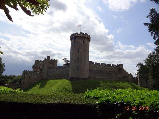 オックスフォードの語学学校に、2週間語学研修に行くことになった17歳の息子。<br /><br />不安そうだったので、「行きだけお母さんが一緒に付いていってあげる」と恩着せがましく言いつつ、一緒にイギリスに行きました。<br />古城・遺跡ハンターの私の真の目的はもちろん、ロンドン郊外やウェールズの古城。(笑)<br /><br />イギリスの鉄道は遅延が多くて当てにならないと言われ、覚悟しつつもそれなりに駆け足で旅してきました。(結果、大した遅延に会わずにラッキーでした。)<br /><br />旅行記2冊目は、今回の旅のメインの一つ、いよいよ一人になってオクスフォードから移動したウォリック編です。