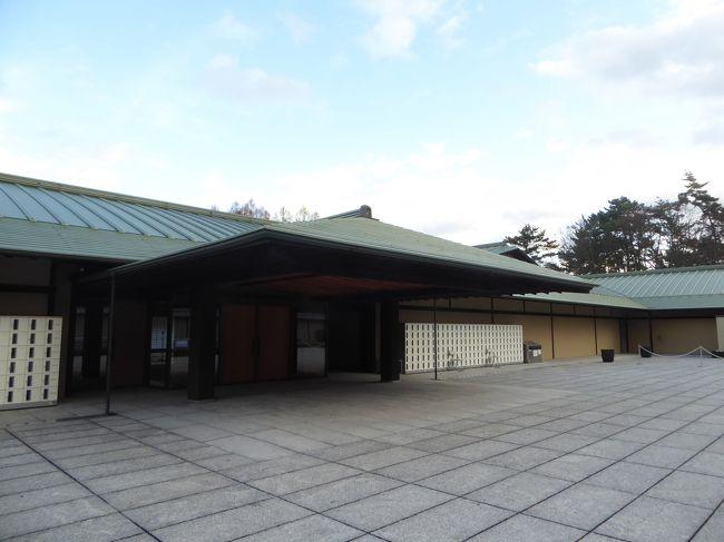 """平成25年12月、富司純子、寺島しのぶ親子がガイドに誘導されて、京都迎賓館を観覧して回り、併せて来日した外国の賓客の一団を京都迎賓館でお持て成しをする様が、NHK・BSで放映された。<br /><br />その映像の、あらゆる方面から粋を尽くして取り込んだ、日本文化の結晶目を奪われた。<br /><br />その以来、京都迎賓館は否応なしに訪れたい館となった。<br /><br />当時は一般公開の日も限られ、抽選で選ばれ人しか入館を許されなかった。<br /><br />今回も最初は入館申し込みをして、運が良ければ・・の積りでネットで調べてみたら、<br /><br />2020年の一般公開日の初日は1月14日(大阪での旧友との会合の前日)で、1日数回の一般入館時間が有り、その時の来場人数にもよるが、予めの申し込みは不要と有る。<br /><br />京都在住のK・Iさんも、妹のYさんさえもこの情報を信用して貰えず、曰く、私がそれだけ云うのだから「京都迎賓館入り口まで行ってみましょう」。<br /><br />入り口ではちょうど前の組の定員が揃ってしまい、少し待たされはしたが、<br />お陰で無事ガイド付きの京都迎賓館観覧を果たすことが出来た。<br /><br />予めネットで案内図を取得してきてはいたが、やはりガイド付きのツアーで本当に良かった。<br /><br />一つだけ残念なのは、カメラの電池のスペアーを持参するのを失念しており、途中でがカメラが動かなくなった事。<br /><br />しかしブログを書くに際し、改めてネットで調べた結果、素晴らしい動画が公・私作を含めて数本見つかった。<br /><br />その中から下記3本をご紹介しますので、京都迎賓館に関心のある方勿論、関心のおありでない方も是非一度ご覧になって下さい。<br /><br />きっと日本文化を再認識なさると思います。<br /><br /><br />京都迎賓館(政府インターネットテレビ)<br />https://nettv.gov-online.go.jp/prg/prg9576.html<br /><br /><br />京都迎賓館(YouTube)<br />https://www.youtube.com/watch?v=R5MkE0kHQM8<br /><br />【内閣府公式】『自然との共生』(京都迎賓館プロモーションビデオ)<br />https://www.youtube.com/watch?v=ZyGeZ-lcgMU<br /><br />今回の訪問で見た景観で、上記の動画に無かったのは、ツアー出発待ちの地下に展示されていた、令和元年11月10日、天皇、皇后両陛下祝賀行列の儀で使用されオープンカー。<br /><br />本日が展示初日なのだと云う。<br /><br /><br />退館後、京都御苑の大通りを、真っすぐ南下。<br /><br />僅かに残る九条低跡の痕跡を横目に丸太町通り迄散策。<br /><br />そこからタクシーでK・Iさん推薦の京都ブライトンホテルの中華店""""花?・(かかん)へ。<br /><br />驚いたことに1月14日は、K・Iさんの九十歳の誕生日だと云う。<br /><br />それとは知らずをいいことに、本日のご一緒して頂い行程が2万歩余のだったことに、私自身も含め、改めて驚く羽目になった。<br /><br />感謝!<br /><br />家族旅行2020冬プロローグ・京都に戻る<br />https://4travel.jp/travelogue/11623330<br /><br /><br />"""