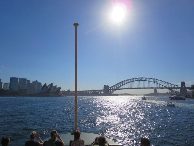 初めてのオーストラリア。母とともに。<br />シドニーからツアーでブルーマウンテンズとジェノランケーブに行きました。<br />夏で暑かった・・・。<br /><br />JTBのパック。(添乗員なし)一人82000円ちょっと。<br />1ドル=88.73円<br /><br />羽田空港 22時 QF0026<br />シドニー着 翌日9時35<br /><br />帰り<br /><br />シドニー発 21時35分 QF0025<br />羽田着 翌日5時<br /><br /><br />ツアー<br />ホットホリデーから<br />ブルーマウンテンズ[山]エコツアー 世界遺産ブルーマウンテンズ&世界最古の鍾乳洞ジェノランケーブ(IEC Oceania)<br /><br />基本スケジュール(2020年3月まで)<br /><br />6:30~7:00<br /><br />シドニー市内指定ホテルよりお迎え<br /><br />8:30~8:50<br /><br />リンカーンズロック展望台<br />(旧称キングステーブル展望台)<br /><br />9:15~9:45<br /><br />エコーポイントでスリーシスターズ見学<br /><br />11:00<br /><br />ジェノランケーブ到着<br />・ランチ(ランチ付きのお客様のみ)<br />・ジェノランケーブ鍾乳洞ツアー『約2時間のグランドツアー』<br />オリエントケーブ(もっとも美しいと評される宝石のような鍾乳洞)<br />テンプル・オブ・バール(音楽が流れ、ライトアップが幻想的で神が住んでいると言われる鍾乳洞)<br />・野生カンガルー探し<br />※カンガルーは野性動物のため、見つからない場合があります。<br /><br />15:45<br /><br />ジェノランケーブ出発<br /><br />16:30~17:00<br /><br />プルピットロック展望台<br />※片道400mのウォーキングを含みます<br /><br />19:00~19:30<br />