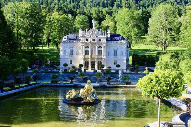 【リンダーホフ城】それは<br />深い緑の森の中に在りました。<br />ご存知の<br />バイエルン国王・ルードヴィヒ2世が<br />唯一完成させた城であり夢を具現化した<br />まさに「夢の城」<br />この城でルードヴィヒ2世は<br />王として暮らしていました。<br />この旅行記では焦点を<br />ルードヴィヒ2世に合わせてみました。<br /><br />イタリアの名匠ヴィスコンティの<br />『ルードヴィヒ/神々の黄昏』や<br />ワグナーのオペラ『ローエングリン』<br />でも知られるこの城の見学を<br />楽しみにして出かけたのでした。<br /><br />旅程 〈2013.9.4~ 9.6〉<br />過日 発掘シリーズの第1編目として<br />ドイツ旅の中でお蔵入りとしていた<br />「バートヴィンプフェン」編を作成した際<br />まだまだアップしていない所が散見されました。<br />このコロナ難で翼はお預け状態。<br />ならばこの時季だからこその旅行記を<br />作ろうとと思いたちました。<br />それは<br />お蔵入りしていた沢山の画像への<br />お詫びを込めて<br />(^ー^) 羽ばたけと。<br /><br />