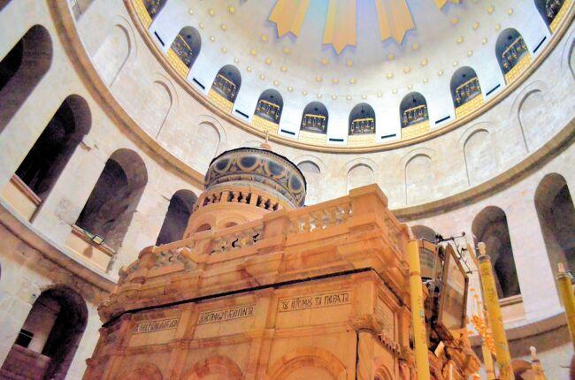 2020年の正月、いよいよエルサレム散策の佳境でもある聖墳墓教会へ。<br />イエスの巡礼地を第1留から歩き、第9留までヴィアドロローサを案内した。今回は第10留から14留、つまり聖墳墓教会を案内したい。<br />聖墳墓教会はイエスが十字架に磔られ、息絶えた場所でもあり、イエスの墓がある場所でもある。エルサレム観光のハイライトだ。<br /><br /><br />