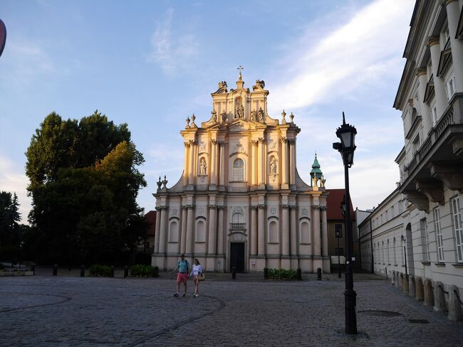 名残惜しいクラクフからワルシャワに着き、アパートに荷物を置いて街歩きを始めたのは、もう夕方6時を過ぎる頃。<br /><br />タイトル写真はヴィジトキ教会。18世紀の建造。周りの建物の教会も宮殿も歴史を乗り越えて来たような美しい造りです。<br /><br />ですが、ワルシャワは第二次世界大戦中にナチス・ドイツに大破されました。街の85%もが壊滅状態。<br />タイトルのヴィジトキ教会は奇跡的にも破壊を免れた建物なんです。<br /><br />ワルシャワの旧市街は、昔の絵画や町の破壊を予期して人々が描いた スケッチ、写真などをもとにして、街を愛する市民によって「レンガのひび一つに至るまで」丹念に修復され、見事に中世の町並みは復活して、1980年には世界遺産登録されます。<br />今まで訪れたモスタルやドブロヴニクと同じ。復活してなんぼじゃ~!な世界遺産の街^^<br />どこもまるで、悠久の時を過ぎて来たような街並。途中で途切れてしまったけれど、これからずっと悠久的な未来であることを願って止みません。<br /><br />さてと、ワルシャワの観光。時間的に、建物の中までお邪魔出来なかったんですが、どれもが眺めるだけでも素敵なんです。<br /><br />そして、ワルシャワと言えば多感な時を過ごしたショパンと生を受けたキュリー夫人が有名です。ファンなれば足跡を探す街歩きも楽しいでしょうね。<br /><br />謂れ多いワルシャワですが、着いたばかりですからいつものように端折っております。<br /><br /><br /><br /> 06/29(金)~07/01 ワルシャワ Warszawa(ポーランド)<br />     07/01(日)~07/02 ビャウィストク Bialystok(ポーランド)<br />     07/02(月)~07/03 カウナス Kaunas(リトアニア)<br />     07/03(火)~07/05 ビルニュス Vilnius(リトアニア)<br />     07/05(木)~07/07 リガ Riga(ラトビア)<br />     07/07(土)~07/10 タリン Tallinn(エストニア)<br />     07/10(火)~07/12 ヘルシンキ Helsinki(フィンランド)<br />     07/12(木)~07/13 ヘルシンキ-モスクワ-東京