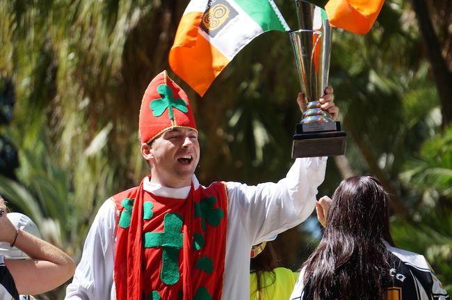 オーストラリアは世界中から移民が集まるマルチカルチャーな国なので、それらの人々の民族系フェスティバルはよく開催されています。特にシドニーの春と秋はほぼ毎週末にどこかでやっており楽しめます。観光客向けではなくその国出身の人々のフェスティバルです。まるでその国に行った様な雰囲気です。この第一弾では秋(2-4月)開催の、セルビア・スコットランド(ミリタリータトゥー)・ギリシャ(カーニバル)・アイルランド(セントパトリックスデイ)・アッシリアのフェスティバルの様子をまとめて紹介します。ヨーロッパの各国からオーストラリアへ移民が多かったのは第二次大戦後頃までで、最近は少なくなっています。これらフェスティバルに参加しているのはオーストラリア生まれの移民の子孫ですが、今でも出身国の文化を大切にしているのが見られます。<br /><br />2020年6月現在、コロナウィルスの流入防止の為オーストラリアの国境は閉じられており、海外渡航ができない状態が3ヶ月ほど続いています。今までしばらく海外に行く事が出来ない時は、シドニーのマルチカルチャルフェスティバルで海外気分を味わっていました。しかしこの様なイベントも2020年秋(2-4月)は全て中止となってしまいました。これは2010年代後半の過去の回想記となります。