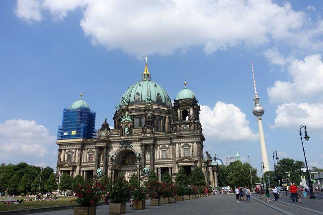 今回はベルリンに4泊いたしました。<br /><br />シニア3人旅としては2014年にも3泊しておりますので、ベルリンの、いわゆる観光名所は一通り見ておりました。<br />今回はシャルロッテンブルク宮殿、サンスーシ宮殿、それにツェツィーリエンホーフ宮殿など、期せずしてプロイセンの歴史を辿る旅になってしまいました。<br />旅行記作成も、ヴィルヘルム○○とかフリードリヒ○○とか同じような名前の連続で、老化した脳には大変過酷な作業でした。<br /><br />そして4日目。<br />ベルリン王宮・ベルリン大聖堂はプロイセン王国の歴史の集大成ともいうべき場所だと気が付きました。<br />思えば一地方のドイツ騎士団の一つであったプロイセン公国がやがて力を付けてプロイセン王国となり、さらに列強のオーストリアやデンマーク、フランスに勝利してドイツ帝国の統一を果たし、その頂点となったホーエンツォレルン家、当然のことながらベルリンはドイツ帝国の首都でしたから、当たり前と言えば当たり前のことです。<br /><br />ベルリン王宮は代々のプロイセン王の居城でしたし、ベルリン大聖堂はホーエンツォレルン家の菩提寺。地下のクリプトには一族の棺が一堂に会しています。<br />今回もフリードリヒ○○、ヴィルヘルム○○に悩まされる旅行記になりました。<br /><br />そしてベルリンでの最後の晩餐はポツダム広場のリンデンブロイでいただきました。<br /><br />自画自賛的には、充実したベルリン滞在だったと思います。疲れましたけどね。<br />