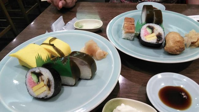 自粛しなければならない時期ですがどうしてもお寿司が食べたい。夫と久しぶりに出かけました。<br />都内の地下鉄の乗り次は夫に任せます。淡路町にエレベーターが新設されていました。うれしい!<br />昨年9月以来の志のだ寿しやっぱり美味しい。<br />流石 茶巾も、、だて巻きも、太巻きも、鯖棒も美味しいです。お腹がいっぱい担ったので神保町まで散歩しようかお言うことになりました。学生の頃の懐かしい店があります。古本屋は少なくなったようですがそぞろ歩きには丁度いい。<br />ぶらぶらしました。