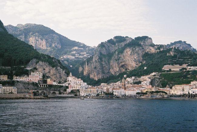 """懐かしの旅シリーズ第二弾""""イタリア旅行""""の後編です。<br />後編は、フィレンツェを出発して、青の洞窟、カプリ島、アマルフィ、ナポリ、ローマと巡ります。<br />ここでは、青の洞窟が一番のメインでした。<br />ツアー催行の日、イタリアユーロスターの遅れや、波の高さにより、青の洞窟に入れるかどうか、ひやひやの日がありましたが、日ごろの行いが良かったのか無事入洞できました。何という青さでしょう、感動でした。<br />以外、通常では訪れないと添乗員さんがおっしゃっていたコロッセオの内部など、見どころ満載の後編です。<br /><br />スケジュールは以下の通りです。<br /><br />6日目(5月12日)<br />フィレンツェ・ホテル==フィレンツェ駅ーー(ユーロスター)--ナポリ駅~~カプリ島・青の洞窟~~アマルフィ・ホテル【泊】<br /><br />7日目(5月13日)<br />アマルフィ・ホテル……アマルフィ散策==ナポリ・ポンペイの遺跡観光==ローマ・ホテル【泊】<br /><br />8日目(5月14日)<br />ローマ・ホテル==ローマ市内・バチカン市国観光==ローマ・ホテル【泊】<br /><br />9日目(5月15日)<br />ローマ・ホテル==ローマ空港発 6:30(LH3853便)→フランクフルト空港着 8:35<br />フランクフルト発 14:00(LH740便)→【機中泊】<br /><br />10日目(5月16日)<br />関西空港着 8:10 無事到着で。<br /><br />古い旅行記になりますが、イタリア10日間の旅はここまでです。<br />是非、ご覧ください。"""