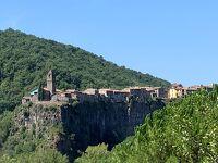 カステルフォリ・デ・ラ・ロカ_Castellfollit de la Roca 奇景!浸食された細い火山岩上に家々がひしめく断崖の町