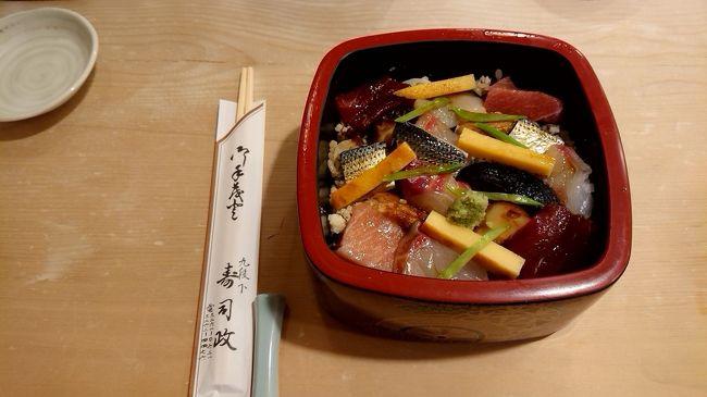 今日は、千代田区九段下で、ランチです。大通りから少し中に入ったところに有る、「寿司政」さんへ行ってきました。ここも老舗です。文久元年(1861年)創業の老舗寿司屋さんです。ここは、ばらちらしが非常に奇麗に盛り付けられています。もちろん味も絶品でした。酢飯の上には、海老・穴子・鯛・コハダなどの魚介類の他に 椎茸・玉子焼き・キヌサヤなども入った具沢山。椎茸や玉子焼きの甘みと 赤酢のシャリの組み合わせも とても良く 美味しかった。平日昼が狙い目です。ランチばら寿司、ランチ握り寿司 各1800円。今回は、ばら寿司を頂きました。