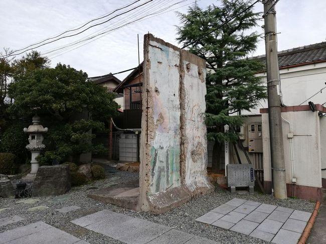 """ニッポンの中にも、外国情緒を感じさせる場所がたくさんあります。<br />外国風建造物や海外料理店など、全国にあるそういった場所をご紹介するシリーズです。<br />今回は、大阪にある「統国寺のベルリンの壁&堺のプノンペンそば」の店をご紹介します。<br /><br />★「ニッポンの中の外国めぐり」シリーズ<br /><br />ブラジリアンの街 """"大泉町""""(群馬)<br />http://4travel.jp/travelogue/10416288<br />ベトナム寺院 """"南和寺""""(埼玉)<br />http://4travel.jp/travelogue/11254669<br />タイ寺院 """"ワットパクナム日本別院"""" (千葉)<br />https://4travel.jp/travelogue/11327994<br />ニュージーランド料理&エチオピアカレー(東京)<br />https://4travel.jp/travelogue/11611223<br />タヒチならぬタチヒビーチ(東京)<br />https://4travel.jp/travelogue/11579456<br />ロンドンバスで東京めぐり(東京)<br />https://4travel.jp/travelogue/11598893<br />ブータン料理&セネガル料理&amp;メキシコ料理(東京)<br />https://4travel.jp/travelogue/11543164<br />スーダン料理&amp;モルドバ料理&amp;北欧料理(東京)<br />https://4travel.jp/travelogue/11516152<br />あやしい旅会でアフガニスタン料理&イラン料理(東京)<br />https://4travel.jp/travelogue/11456970<br />チキンビリヤニ&マルタ料理&トーゴ料理(東京)<br />https://4travel.jp/travelogue/11425550<br />赤坂と十条でパラグアイ料理&クルド料理(東京)<br />https://4travel.jp/travelogue/11351079<br />マリ大使館&カメルーン大使館&アンゴラ大使館&ブルキナファソ大使館(東京)<br />https://4travel.jp/travelogue/11348258<br />ベナン大使館&ナイジェリア大使館&ガーナ大使館&コートジボアール大使館(東京)<br />http://4travel.jp/travelogue/11265165<br />イスラム教寺院 """"東京ジャーミィ""""(東京)<br />http://4travel.jp/travelogue/10417493<br />基地の街 """"福生市""""(東京)<br />http://4travel.jp/traveler/satorumo/album/10416859/<br />駐日アイスランド大使館 (東京)<br />http://4travel.jp/travelogue/10976613<br />JICA地球ひろばでギニア料理&シリア料理(東京)<br />https://4travel.jp/travelogue/11408940<br />JICA地球ひろばでネパール料理(東京)<br />http://4travel.jp/travelogue/10899446<br />JICA地球ひろばでペルー料理(東京)<br />http://4travel.jp/travelogue/11010934<br />JICA地球ひろばでニカラグア料理(東京)<br />http://4travel.jp/travelogue/11077063<br />JICA地球ひろばでスーダン料理&サモア料理(東京)<br />http://4travel.jp/travelogue/11120216<br />JICA地球ひろばでガーナ料理&ブラジル料理(東京)<br />http://4travel.jp/travelogue/11160685<br />JICA地球ひろばでキューバ料理&エチオピア料理&アゼルバイジャン料理<br />http://4travel.jp/travelogue/11257419<br />日本のリトルヤンゴン・高田馬場(東京)<br />http://4travel.jp/travelogue/11007529<br />池袋と上野で格安スペイン料理&フランス料理(東京)<br />http://4travel.jp/travelogue/11091217<br """