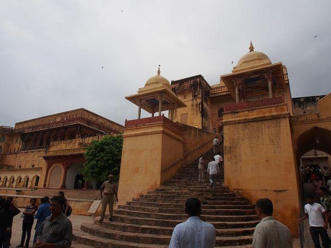 インドの首都デリー、タージマハールで有名なアグラ、そして、ここピンク・シティと呼ばれるジャイプール。<br />この3か所をつなぐ観光ルートは、ゴールデントライアングルと呼ばれています。<br />ここ、ジャイプールには、「ラージャスターンの丘陵城塞群」と「風の宮殿」で知られるハワー・マハル(Hawa Mahal)、天文台史蹟「ジャンタル・マンタル」が世界遺産に登録されています。今回は、丘陵城塞群(6つの城砦)の中のアンバー・フォート(Amber Fort)と、風の宮殿の2か所を訪れました。<br /><br />アンバー・フォート(Amber Fort)について<br />11世紀末、ヒンドゥー教を信奉するラージプート族のカチワーハー家(Kachwahas)がこの辺りを支配し、ダーンダル王国を建国しました。王国は、16世紀、ムガール帝国のアクバルと同盟を結び、ますます領土拡大を図りました。そして、16世紀末に、もともと城砦があった、ここアンベールに大規模な築城が始められたのだそうです。