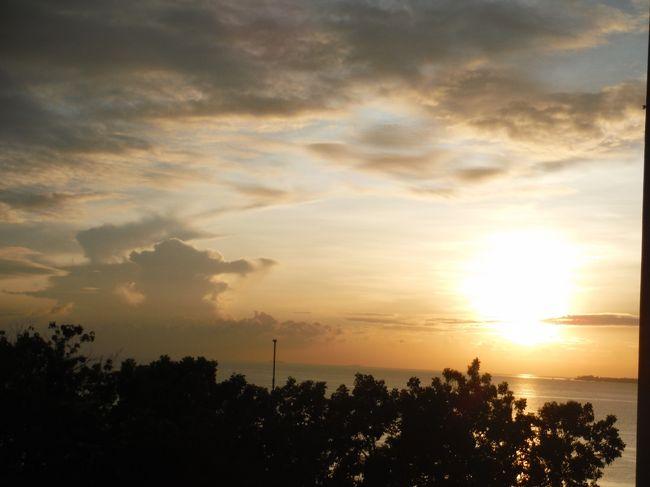 2019年11月に主人の年1回の休暇で、初めてフィリピンのセブ島に行きました。<br />関空からフィリピン航空の直行便で4時間ほどの飛行時間。とても体が楽で、楽しかったです!<br />この旅行記は、5日目、一日シャングリラでのんびりとして、6日目は帰国のみです。ダラダラダラダラと書いてきました旅行記もやっと終わりです・・・。<br />(写真は、最終日、部屋から見た朝日です)<br /><br />日程<br />11月11日 広島~関西空港~セブ島 ラディソンブルセブ泊<br />11月12日 ボホール島日帰り観光  ラディソンブルセブ泊<br />11月13日 午前中SMモールで買い物。午後シャングリラマクタンでのんびり シャングリラマクタン泊<br />11月14日 シャングリラマクタンでのんびり+夕方スパ<br />11月15日 シャングリラマクタンでのんびり(*ここ)<br />11月16日 朝、セブ空港~関西空港~広島着(*ここ)<br /><br />・はるか早得チケット(広島~関空)21,690円×2人=43,380円<br />・フィリピン航空のエコノミーチケット2人分 98,280円:HIS<br />・ラディソンブルセブ2泊分 21,840円:HIS<br />・ボホール島の1日プライベートツアービジネスクラスフェリー代チケット代、各チケット代込み(2人でP 8,390、約18000円):BoholLife Tours &amp; Travel(英語メールで直接やりとり)<br />・シャングリラマクタン 3泊分 120,355円:ANAグローバルホテル<br />二人で合計301,855円(1人分150,927円)の旅行費用でした。