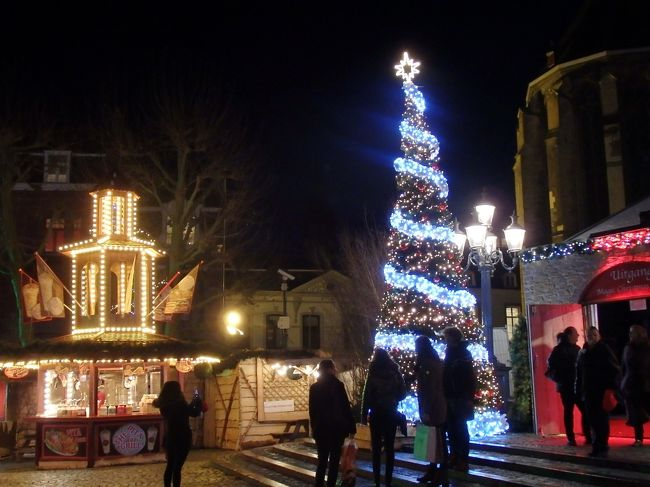 少しずつ日が陰ってきて、ライトアップが始まったころにフライトホフ広場に戻りました。<br />昼間とは違う夢のような世界が待っているマーストリヒトのクリスマスマーケット。ドイツのアーヘンから日帰りも考えていたけれど、日帰りでも夜の雰囲気は体験できるほどバスの運行はあったのですが、1泊だけでもこの町のホテルに滞在して、幻想的な夜の風景を見ることができて結果オーライのひと時が過ごせました。<br /><br />☆&#39;.・*.・:★&#39;.・*.・:☆&#39;.・*.・:★&#39;.・*.・:☆&#39;.・*.・:★&#39;.・*.・:☆&#39;.・*.・:★&#39;.・*.・:☆&#39;.・*.・:★<br /><br />【スケジュール】<br /><br />12月 3日(日)関空発<br />12月 4日(月)ドバイ空港→フランクフルト空港→コッヘム到着 (コッヘム泊)<br />12月 5日(火)トリーア訪問  (コッヘム泊)<br />12月 6日(水)コッヘム→ベルンカルテル・クース(ベルンカステル・クース泊)<br />12月 7日(木)ベルンカルテル・クース滞在(ベルンカステル・クース泊)<br />12月 8日(土)ベルンカルテル・クース→マーストリヒト(マーストリヒト泊)<br />12月 9日(日)マーストリヒト→アーヘン  (アーヘン泊)<br />12月10日(月)アーヘン→ケルン (ケルン泊)<br />12月11日(火)ケルン→フランクフルト  (フランクフルト泊)<br />12月12日(水)イトシュタイン&バード・カンベルグ&ヘキスト訪問(フランクフルト泊)<br />12月13日(木)フランクフルト発→ドバイ空港    (機内泊)<br />12月14日(土)ドバイ空港→関空着