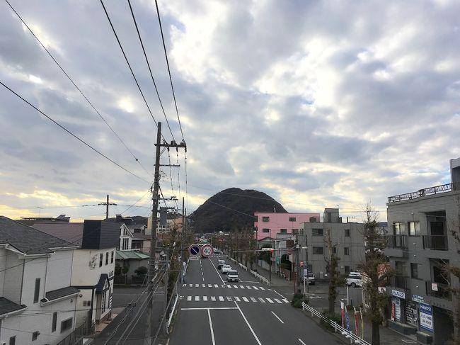 2018年12月、神奈川県の平塚市に行ってきました。<br /><br />この年の後半は、東海道沿いの水辺の街を歩いてきました。<br />それも今回が最後となり、最終的に平塚宿の跡地まで来ました。<br /><br />東海道五十三次の、江戸から7番目の宿場町。<br />地名の由来となった「平塚の塚」の緑地があります。<br />宿場町の痕跡がいくつも残り、平塚駅の北側に点在しています。<br /><br />平塚駅の構内には、五十三次の浮世絵が飾られています。<br />「平塚 縄手道」と題した絵には、高麗山が描かれています。<br />街道の行手に、浮世絵と同じ形の山が今でも存在していました。<br />