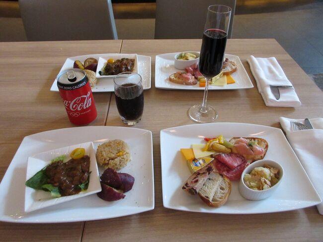 《コロナ時代のエグゼクティブラウンジのニュースタイル》<br />定点観測のつもりでヒルトン名古屋に2週連続で1泊ずつ平日(6/22,7/1)に泊まってきました。この1週間で確実にお客は戻ってきています。しかし、朝食レストランを見る限り(平日のためか)ガラガラ状態です。以下、コロナ時代のラウンジのニュースタイルを紹介します。<br /><br />コロナ前は26階に眺めの良い専用ラウンジがあり、ここでチェックイン・アウトはじめ全てのラウンジ機能をしていました。食材の提供からスタッフのサービスまで非常に良く人気のラウンジでした。これがコロナのため一時的に閉鎖され1階にあるホテル専用バー「ハイドアウェイ3-3」又は1階オールデイレストラン「インプレイス3-3」に移転しました。<br /><br />コロナ惨禍のために外国人が消え、経費を使った国内ビジネス客が出張を控え、個人客はまだ戻ってきていません。日本の高級ホテルへの需要が消えてしまった感じさえします。<br /><br />日本人(私)が旅行を自粛している間にホテル業界ではどんな変化が起こっているのでしょうか?以下、コロナ対策下でのヒルトン名古屋の最新宿泊レポートです。<br /><br />改定版:6月22日の1週間後の7月1日にもヒルトン名古屋に泊まってきました。たった1週間ですが多少お客は増え、それにつれてラウンジのサービスもアップしていました。その変化を付け加えました。<br /><br />写真:カクテルタイムのセットプレート(2人分)<br /><br />私のホームページに旅行記多数あり。<br />『第二の人生を豊かに』<br />http://www.e-funahashi.jp/<br />新著紹介あり。