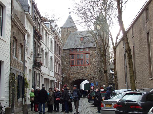 マーストリヒトでの2日目は、午前中旧市街散策しそのあとドイツのアーヘンへ向かいます。<br /><br />ホテルの朝食までの間に駅まで往復し、朝食後旧市街散策を楽しみました。<br /><br />☆&#39;.・*.・:★&#39;.・*.・:☆&#39;.・*.・:★&#39;.・*.・:☆&#39;.・*.・:★&#39;.・*.・:☆&#39;.・*.・:★&#39;.・*.・:☆&#39;.・*.・:★<br /><br />【スケジュール】<br /><br />12月 3日(日)関空発<br />12月 4日(月)ドバイ空港→フランクフルト空港→コッヘム到着 (コッヘム泊)<br />12月 5日(火)トリーア訪問  (コッヘム泊)<br />12月 6日(水)コッヘム→ベルンカルテル・クース(ベルンカステル・クース泊)<br />12月 7日(木)ベルンカルテル・クース滞在(ベルンカステル・クース泊)<br />12月 8日(土)ベルンカルテル・クース→マーストリヒト(マーストリヒト泊)<br />12月 9日(日)マーストリヒト→アーヘン  (アーヘン泊)<br />12月10日(月)アーヘン→ケルン (ケルン泊)<br />12月11日(火)ケルン→フランクフルト  (フランクフルト泊)<br />12月12日(水)イトシュタイン&バード・カンベルグ&ヘキスト訪問(フランクフルト泊)<br />12月13日(木)フランクフルト発→ドバイ空港    (機内泊)<br />12月14日(土)ドバイ空港→関空着
