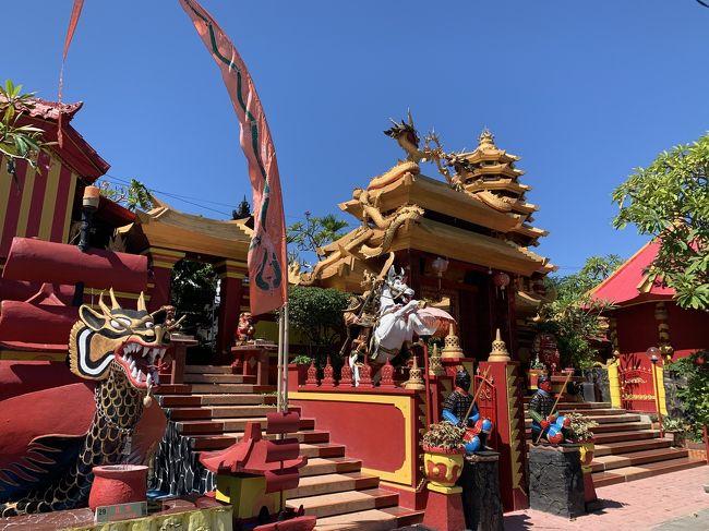 バリ島にある中国寺院。<br />彩り鮮やかな色の建物が印象的です。<br />その色から幸運を引き寄せるパワーを感じます。<br />バリヒンドゥー教の影響を受け、門などバリヒンドゥー教の形をしてますが、色は鮮やか。<br />魅力的です。