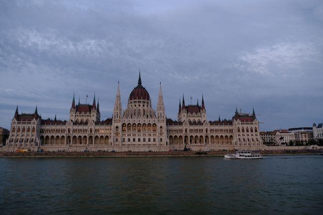 今回は中欧・珠玉の美しい街と世界遺産やコンサートホールを巡る旅そして、磁器とグラスの購入をしてきました。まずは、ハンガリーでどうしても行きたかったブタペスト市内にあるハンガリー国立歌劇場を見てドナウ川クルーズに参加。続いてウィーンで美術史美術館をはじめシェーンブルン宮殿やベルベデーレ宮殿を見学後、自由行動ではウィーン学友協会を見て夜はウィーン国立歌劇場でコンサートを堪能。次はバッハウ渓谷を見ながらハルシュタット経由でザルツブルグに。市内観光後、チェスキークロムロフへ。ここでは市内観光お城入場と宿泊をしたので、市内の夜景を見て過ごし、最後の宿泊地プラハへ。プラハでは聖ビート教会や黄金の小路を散策しカレル橋や旧市街地もゆっくり散策最後はプラハの春が演奏された、バーツラフ広場まで散策してきました。