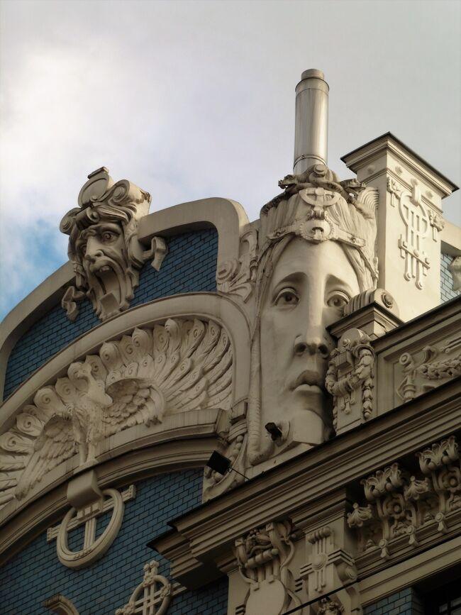 """ビリニュスから朝散歩の後 、ラトビアの首都、リガへ。<br /><br />ラトビアの首都リガ、バルト三国の""""真珠""""と呼ばれています。リガ歴史地区はユネスコの世界遺産に登録されている美しいユーゲントシュティ―ル建築(アールヌーボー建築)が建ち並ぶまるで美術館のような街並みが自慢。<br />タイトル写真はその建物。ちょっと怖いお顔とトキオの松岡君に似てるのが面白くて^^)<br /><br />偶然にも、この旅では色んな街でイベントや祭などに出くわす事が多々ありました。<br /><br />リガはこりゃまたすごい祭典の最中でした。<br />訪れた2018年は、ラトビアの独立100周年にあたる記念すべき年。<br />「歌と踊りの祭典」というイベントが5年に一度の開催されています。この祭典はラトビア独立前の1873年に開かれた歌の祭典を起源とする全国的な行事。<br /><br />独立100周年にあたる記念すべき年と全国的な行事が重なったのですから盛り上がるのは当然の事。<br />有料のステージは、有名な歌手が大勢参加して素晴らしいとの情報で、チケットを購入としたら発売初日で完売済み・・<br /><br />でも、街中では様々なコンサートやワークショップ、クラフトマーケットなども開かれておりお祭りムードタップリ。楽しめました。<br /><br />それと、ユーリと大家さんのデイビス・・名前思い出せるよ!我ながら驚いてます^^記念写真はスクロールしてくださいませ。<br /><br />   <br />     07/05(木)~07/07 リガ Riga(ラトビア)<br />      07/07(土)~07/10 タリン Tallinn(エストニア)<br />      07/10(火)~07/12 ヘルシンキ Helsinki(フィンランド)<br />      07/12(木)~07/13 ヘルシンキ-モスクワ-東京 <br />"""