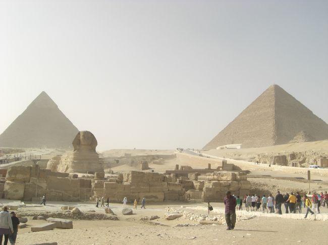 ピラミッドの第一印象、『山がある・・・』<br /><br />カイロは2月16日から2月20日まで<br />2/16 オールドカイロ<br />2/17 モダンアートミュージアム ハンハリーリバザール<br />2/18 博物館<br />2/19 ピラミッド<br />2/20 子ライオン抱っこしにいく<br />