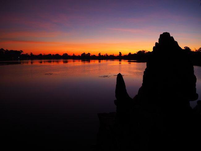 元旦はアンコールワット遺跡、3日間連続のカンボジア世界遺産巡りの最終日です。<br />1996年プノンペンからの日帰り、2015年は3日間、アンコール遺跡を観光しました。<br />今回の目的は1996年に訪れた場所を再訪し、同じ構図で写真を撮ること。<br />そして二回目の訪問時には人が多くて諦めたアンコールワットの第3回廊に昇ることです。<br /><br />スモールサーキットと呼ばれる周回ルートを反時計回りに見学すると、最期はアンコールワットになります。<br />アンコール朝の寺院はほとんどが東向きなのに、アンコールワットは数少ない西向きです。<br />つまり午前中は逆光となるので、見学順番は遅めのほうがいいと判断しました。<br /><br />23年前はアンコールワットはジャングルの中を観光ポリスと軍人同伴、どこに地雷があるか分からないから指示された道以外歩けないし、アンコールワットやタ・プロームなど限られた遺跡しか見学できず。<br />それに比べれば、現在は自由に見学できる一方、立入禁止区域が増えてレリーフに近づけないといった悲しい変化もあります。<br /><br />加えて今後問題となるであろう中国化が深刻なこと。<br />内戦後のUNTACでの明石康氏の活動、石澤先生の上智大学による遺跡の保存修復や人材育成など、当時のカンボジアにおける日本の影響力は大きかった。<br />しかし遺跡のあちこちに中国国旗を見かけるたびに不安がよぎります。<br />遺跡中心部は開発禁止だが、アンコールワットの目の前に中国資本のホテルが建設されてプノンバケンを見下ろす、こんな状況が近い将来訪れるのではとすごく心配です。<br />