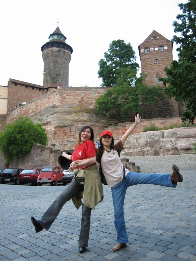 2005年7月2日Nurnberg ニュルンベルクのカイザーブルク前にて♪<br />私とYちゃん(^^)/<br /><br />2005年7月1日から2005年7月26日までドイツ、イタリア、スイス、オランダ、ベルギーへ行った時のフォトをアップさせて頂きます。ドイツ、イタリア、スイスはお友達のYちゃんも同行♪<br />2020年の9月にドイツ行きのフライトを予約していますが、コロナウイルスの影響で多分、行くことが出来ないだろうと・・・<br />夫が撮っていたフォトを整理しつつ、思い出にひたりたいと思います。<br />※カメラが古いので手振れなどがあります。<br />あと、私自身もこの時期の旅行記をアップしていますので、同じようなフォトが多々あります。<br />●この旅をする当日!私はフォートラベルの会員になりました。<br />あと、2日で会員歴、15年となります。<br /><br />2005年6月末、17年間務めていた会社を退職し、2006年6月初旬までの1年間、夫とふたりで無職でした。退職日の翌日からこのヨーロッパの旅がスタートしました。<br />