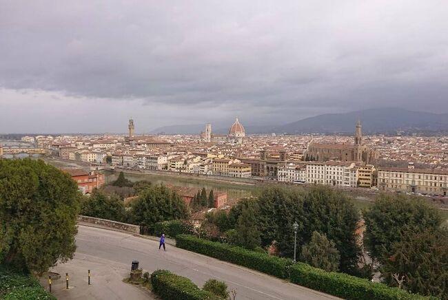 【ヨーロッパ5カ国周遊12 イタリア・フィレンツェ】<br />ヨーロッパ5カ国周遊のイタリア・フィレンツェの2泊3日の旅行記をまとめたものになります。フィレンツェ滞在時に日帰りで行ったピサの斜塔はイタリア・ピサの旅行記で紹介します。<br /><br /><br />《ヨーロッパ10日目》『イタリア2日目・フィレンツェ1日目』 2020年2月29日(土)<br /> ヴェネチアから3時間半かけてフィレンツェに移動しました。途中、高速道路を降りてお土産屋にも立ち寄りました。イタリア中部はまだ新型コロナウイルスの感染者が出ていませんでした。夕方フィレンツェ郊外のカレンツァーノという街のホテルに宿泊します! ホテルには日本時代学生の団体旅行客が5組も来てましたのでヴェネチア同様、日本人だらけでした。近くのスーパーに買い物に行って夜ご飯を買ってホテルで食べました。<br /><br />《ヨーロッパ11日目》『イタリア3日目・フィレンツェ2日目』 2020年3月1日(日)<br /> フィレンツェはファッションや高級ブランドの街として大変有名な所でもあります。幾つかお店にも入りましたが高いので見るだけで終わりました。フィレンツェでは観光を楽しみました。ホテルで朝食を取りフィレンツェ市内を回り始めました。サンタ・クローチェ教会やヴェッキオ宮殿、ウッフィツィ美術館などを見て回りました。ドゥオーモ周辺ではサン・ジョヴァンニ洗礼堂やジョットの鐘楼とドゥオーモなどルネッサンスが生んだフィレンツェのシンボルを見て回りました。サンタ・マリア・ノヴェッラ教会を見て回り、高級ブランドの店が建ち並ぶトルナヴォーニ通りを通りアルノ川へ向かいました。サンタ・トリニタ橋からヴェッキオ橋の写真撮影などを楽しみピッティ宮殿の近くでパスタを食べました。ピッティ宮殿を見た後、ヴェッキオ橋を渡り街が広がる橋の上で写真撮影を楽しみました。そんなことをしながらフィレンツェ市内観光を終えピサの斜塔のあるピサへ向かいました。<br />ピサ観光を終え、夜はスーパーで買い物をしホテルで夕食を食べました。<br /> <br />《ヨーロッパ12日目》『イタリア4日目・フィレンツェ3日目』 2020年3月2日(月)<br /> 朝フィレンツェのホテルを出てトスカーナ地方のサンジミニャーノに向かいます。夕方にはローマに着きます。フィレンツェでの2泊3日の旅はとても充実したいい思い出になりました!