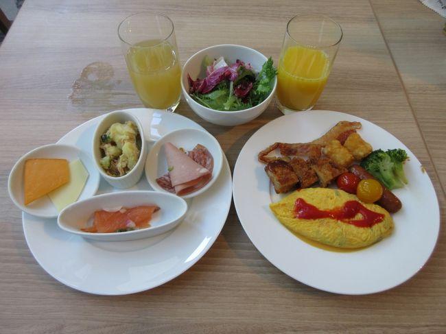 ヒルトン名古屋の朝食レストランはハーフビュッフェ(私の勝手な命名です)になりました。小分けの小鉢を並べてトングなどを廃止して感染防止する一方で、オムレツ、ワッフルなのどライブステーションではゲストの注文に応じます。今回はコロナ時代のヒルトン名古屋の朝食スタイルを紹介します。<br /><br />また、ホテル7階にあるフィットネスクラブが全面的にリニューアルされ、見違えるように素晴らしい施設になりました。ホテルのジムが好きな我々夫婦にとってはこれが一番のプレゼントです。新型コロナ感染でフィットネスクラブが営業中止になっている間に「本格的工事」をして新生フィットネスクラブを誕生させました。ピンチをチャンスに!お見事、拍手!<br /><br />写真:朝食メニュー<br /><br />私のホームページに旅行記多数あり。<br />『第二の人生を豊かに』<br />http://www.e-funahashi.jp/<br />新著紹介あり。