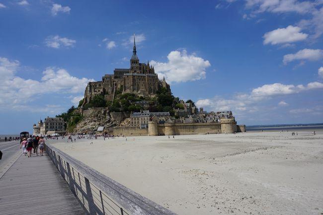 わたくし、パリは2回目。<br />でも前回、モンサンミッシェルには行きたかったんですけど、行けなかった。<br /><br />結構遠いですもんね。<br />でも、今回、念願のモンサンミッシェルに行くことができました。<br />でも、パリでもいろいろ行きたいから、モンサンミッシェルには日帰りで!<br /><br />もっとゆっくり見ればよいのにと言われる方も多いでしょうが、日帰りです。。。<br /><br />モンサンミッシェルへは日帰りでもバスツアーがたくさん出ています。<br />朝早く出て夜遅く戻る、片道5時間くらいの工程はしんどそうというのと、<br />そもそもツアーが好きではないので、鉄道とバスの組み合わせで自分で手配して<br />行ってきました。<br /><br />結構簡単に行けましたよ。<br />鉄道+バスの個人手配旅行の参考にもなれば幸いです。