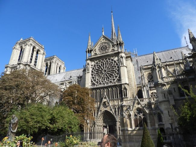 パリのノートルダム大聖堂の出火は2019年4月15日18時50分<br />だったそうだ。<br />火は瞬く間に、大聖堂の屋根にまで燃え広がり、<br />約400人の消防隊員による消火活動は9時間にも及んだそうだ。<br /><br />20代のパリの旅に始まり、かなりの頻度パリを訪れ、<br />直接大聖堂まで行かないときも、なんとなくその存在を感じつつ<br />パリでの滞在を楽しんできた、<br />あの象徴たるノートルダム大聖堂が、<br />炎に包まれている姿を目の当たりにして、<br />大きなショックを受けていた。<br /><br />いつかこのコロナ禍が治まり、パリを再訪した折りには<br />この火災の事も含めて旅行記にしようと想っていたことだが<br />1年3ヵ月が経ち、なんとなく気持ちが鎮まってきて<br /><br />火災の前年、2018年9月の旅の折の大聖堂を思い出しながら<br />旅行記として綴ってみました。<br /><br />(火災の折りの写真、動画はネット上から拝借しています。<br />火災前の写真は2018年の旅のものです。)<br /><br />