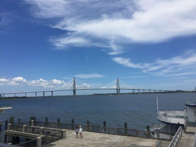 南北戦争が始まった地と言われるサムター要塞が沖合にあり、ボートツアーの発着地にもなっているリバティースクエアですが、無料で港の景色を見ることができ、公園からアメリカ大陸で最大の吊り橋「アーサーラべネルジュニア橋」を眺めることができます。なんとも素敵な港の公園でした。