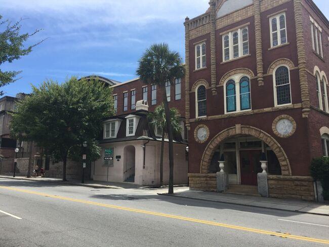 チャールストンをな南北にはしる大通りのミーティングストリート。この通りの東側が観光の歴史地区となっています。