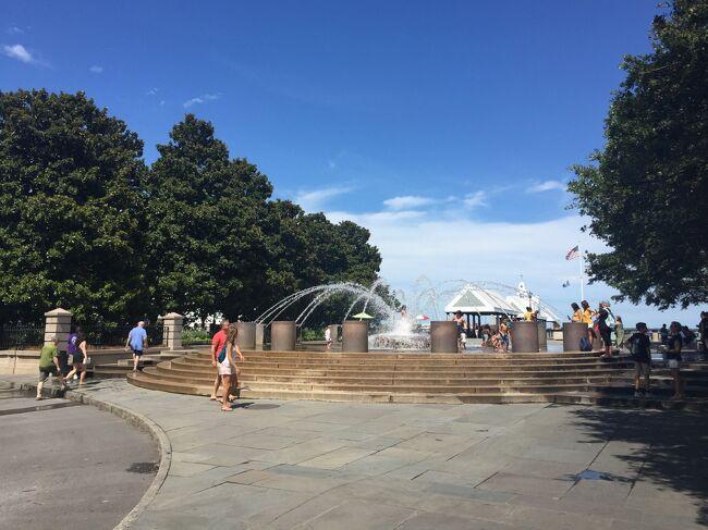 いくつかの噴水があり、ベンチや日陰が多く設置されているチャールストンらしい美しい公園です。北には桟橋もあり、豪華客船の寄港地になっています。