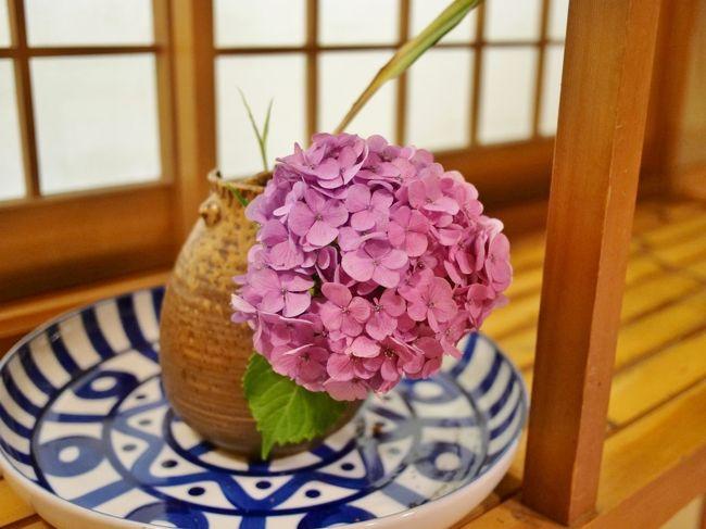 ■テーマ:毎年恒例ピーチカフェなかにしの『麗しの夏パフェ』を食べる!温泉で癒される!!<br />■1日目の目標:なるべく寄り道せずに温泉で静かに過ごす!<br />■天気・気温(ざっくり)<br /> 東京:くもり・22℃位<br /> 山梨:晴れ・27℃位<br />■服装<br />[彼] コットンシャツ、デニム、革靴<br />[私] ワンピース、リネンカーディガン、コンバース<br />※注意※<br />彼:暑いの平気、寒いの大の苦手<br />私:暑いのも寒いのも大の苦手<br />■概要<br />毎年恒例となっているピーチカフェなかにしの『麗しの夏パフェ』(人´з`).:*<br />今年はコロナでダメかな~と思っていたら...なんと!完全予約制で食べられるという(。゚ω゚) <br />これは...行きたい!でも行って大丈夫かな...(悩<br />密を避ければ大丈夫か...(汗<br />検温も毎日行っていて異常はなし、ここはブラブラあんまりしないで警戒しながら行きましょう(`・∀・´)<br /><br />>>続きは写真で