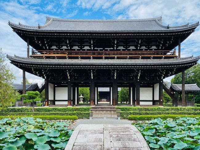 7月初めのある日、インバウンドで混んでいない京都に行ってみようと思いたちました。<br />きっかけはFacebookに出てきたホテル青龍の広告。<br />なんかとっても素敵そうではないですか。<br /><br />最近旅行の予約とか率先してやってくれるようになった旦那にホテルの予約を任せていたら、4泊5日の思ったよりも長い旅程になりました。<br />京都に行くのは久しぶり。<br />旦那は中学の修学旅行以来レベル。<br />どこに行ったらいいのかさっぱりわからないので、ガイドブックを2冊も買ってみました。<br /><br />★9/10 (木)<br />新幹線 ひかり521  17:03 東京駅発  19:37 京都駅着<br />東急ハーヴェストクラブ 京都鷹峰&amp;VIALA 泊<br /><br />★9/11 (金)<br />・伏見稲荷大社<br />・東福寺<br />・三十三間堂<br />・銀閣寺<br />・京都市京セラ美術館<br />18:00 むろい<br />東急ハーヴェストクラブ 京都鷹峰&amp;VIALA 泊<br /><br />★9/12 (土)<br />・大原三千院<br />・鞍馬寺<br />東急ハーヴェストクラブ 京都鷹峰&amp;VIALA 泊<br /><br />9/13 (日)<br />ザ・ホテル青龍 泊<br /><br />9/14 (月)<br />新幹線 ひかり508  13:08 京都駅発  15:42 東京駅着<br /><br />京都でやりたいこと:<br />・ザ ホテル青龍に泊まる<br />・車 (レンタカー) で京都を周る<br />・京都市京セラ美術館に行って杉本さんの作品を観る<br />・伏見稲荷大社に行く<br />・銀閣寺に行く<br />・鯖寿司を食べる