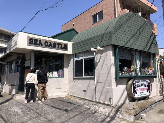 昨年の後半に放映されたテレビドラマ「孤独のグルメ Season 8」では、過去同様魅力的な飲食店が多数登場しましたが、その中でも特に印象に残るお店の一つが、なぜか鎌倉付近で60年以上にもわたって営業してきたドイツ家庭料理のお店「シーキャッスル」です。ドラマでは、かたせ梨乃さんがお店のママさんを演じていましたが、実際のお店では80歳を超えるドイツ人のマダムが今でも現役で活躍しています。<br /><br />訪問したのは、今年の3月ですが、同ドラマに登場するお店は、しばらく行列が続くのを知っていたので、少し構えていました。コロナの関係で自主ムードに突入しはじめた時期だったというのもあるのかもしれませんが、特に問題なく、入店することが出来ました。<br /><br />料理の方はおそらく昔からの味をずっと継承していると思われ、すごくびっくりすることはないですが、堅実な家庭料理のような感じで、美味しくいただきました。ドラマのファンであれば、聖地巡りとして絶対に外せないお店の一つだと思います。<br />