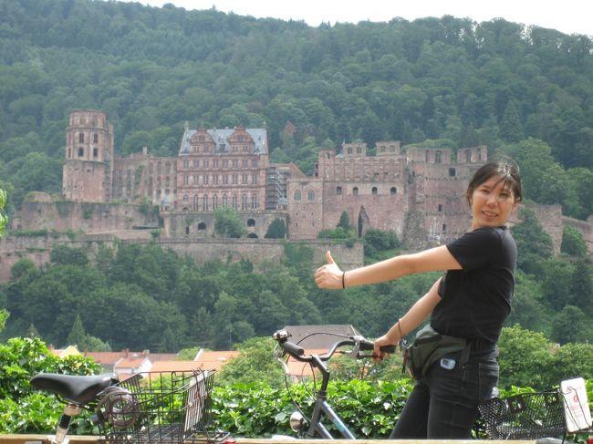 15年前はウェストポーチとかを使用していたんだなぁ。私・・・<br />ハイデルベルク城をバックにいいね♪している自分が面白く思える♪<br /><br />15年前の旅行記内容はこちらです。<br />2005年7月19日(火)から7月22日(金)まで滞在していました。ブリュッセル(ベルギー)からの移動だったので、タリスに乗ってみようと思い前日予約をしました。ユーレイルパスを持っていたのですが、追加料金22ユーロ(飲み物と軽食付き)必要となります。旧市街は駅から少し離れているので、旧市街に近いホテルに宿泊していました。宿泊しているホテルは無料で自転車を貸出ししてくれるので、借りた自転車でハイデルベルク城の近辺やネッカー川の周辺をブンブン乗り回していました。ハウプト通りは歩行者優先なので、自転車は降りて歩きます。<br />