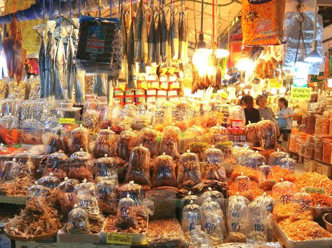 バンペー2日目はほぼ一日中雨でしたが、雨の合間を縫って町外れにある巨大鮮魚市場に行ってみました。<br />鮮魚市場と言っても魚やエビなどの干物といった加工品やラヨーンの名産品を販売する観光客向けの市場ですが、中にあるフードコートでは激安でシーフードが食べられちゃうのでオススメです!<br />